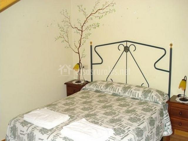Dormitorio con cama grande en blanco
