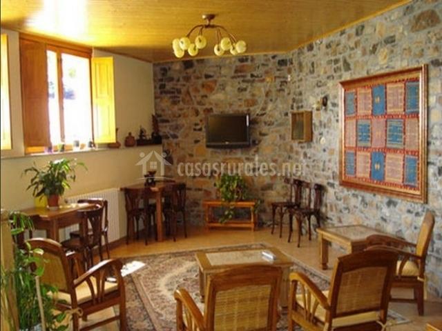 Salón con pared de piedra