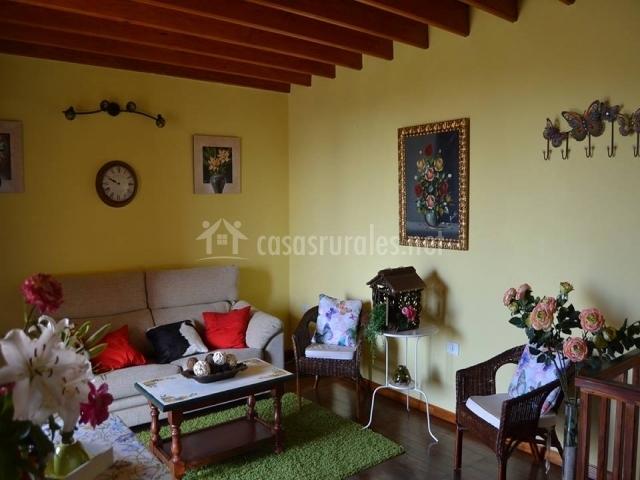 Salón con sofás y mesa de café