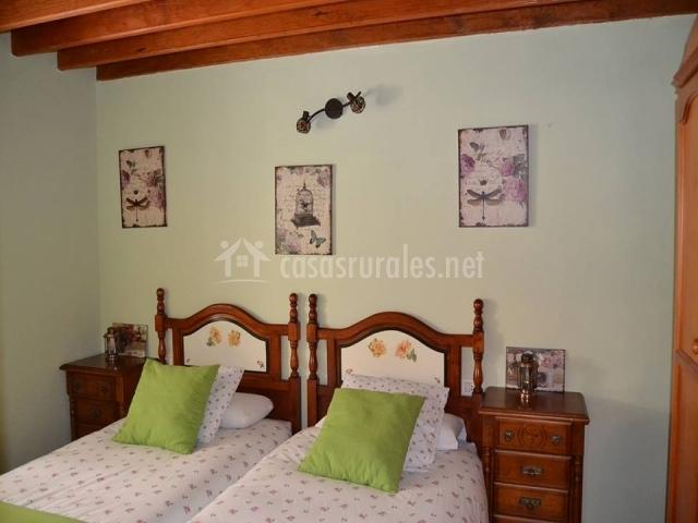 Dormitorio doble con mesillas de madera