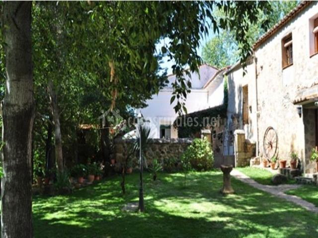 Vistas del jardín y la fachada