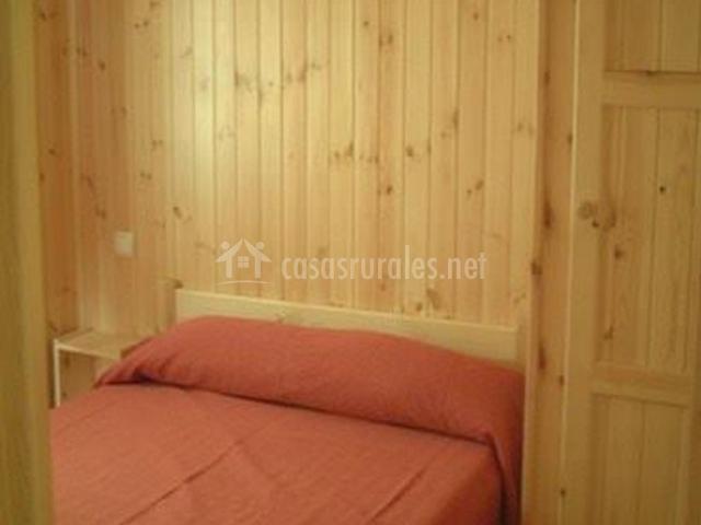 Dormitorio de matrimonio con colcha en tonos rojos