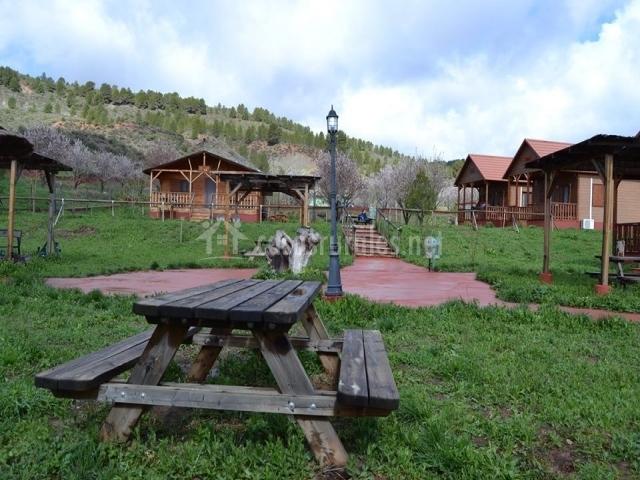 Mesas para picnic en el exterior de las casas