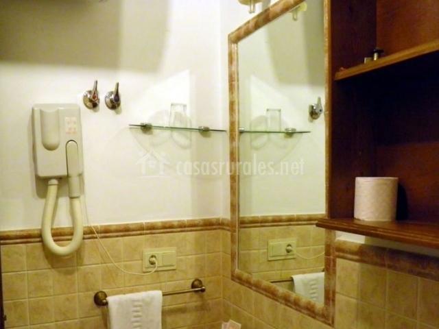 Aseo con secador de pelo y espejos