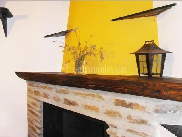 Salón con chimenea en la casa