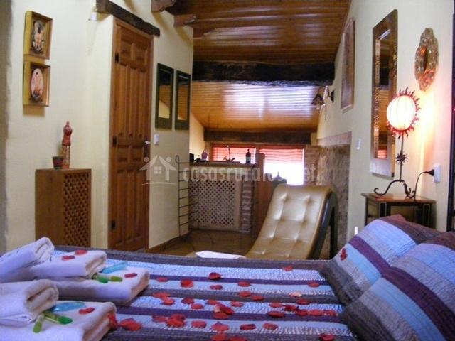 Cama y vista del dormitorio