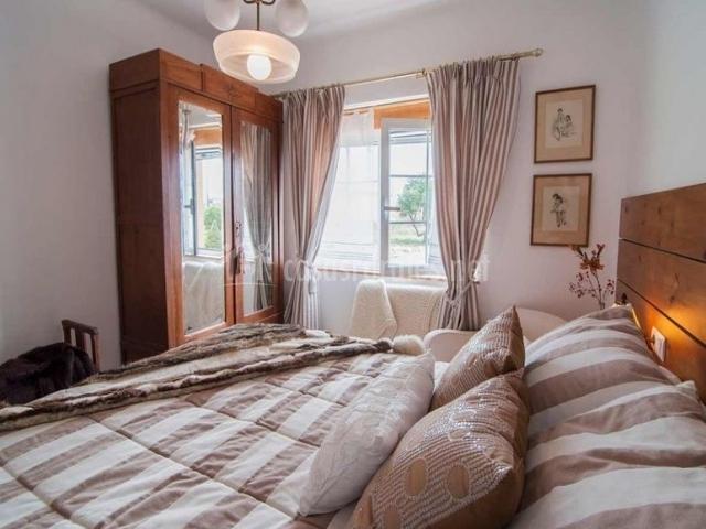 Dormitorio de matrimonio con ventana