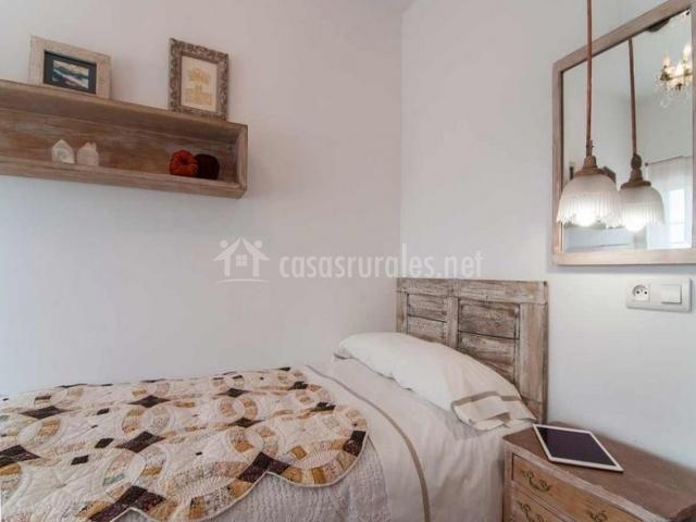 Dormitorio individual con espejo