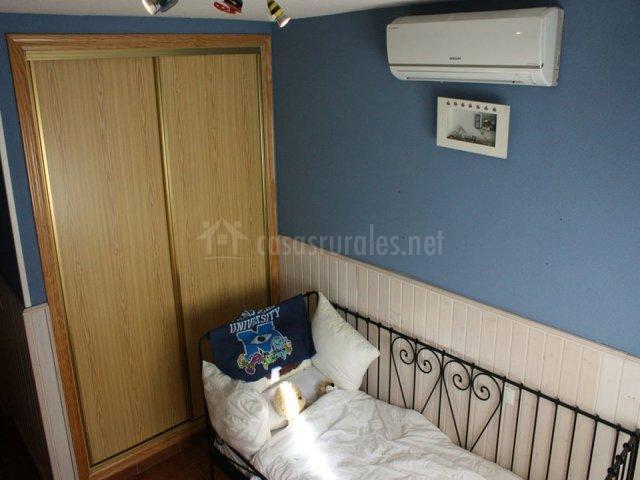 Cama individual y armario