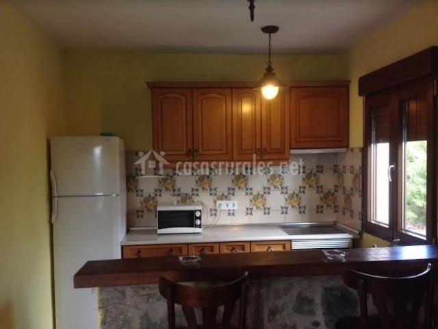 Cocina office con barra de madera y piedra