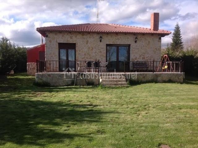 Vistas de la fachada con jardín y barbacoa