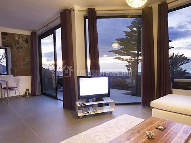 Salón con grandes ventanales