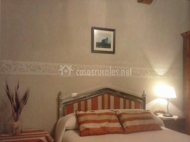 Dormitorio con cama de matrimonio y cojines de colores