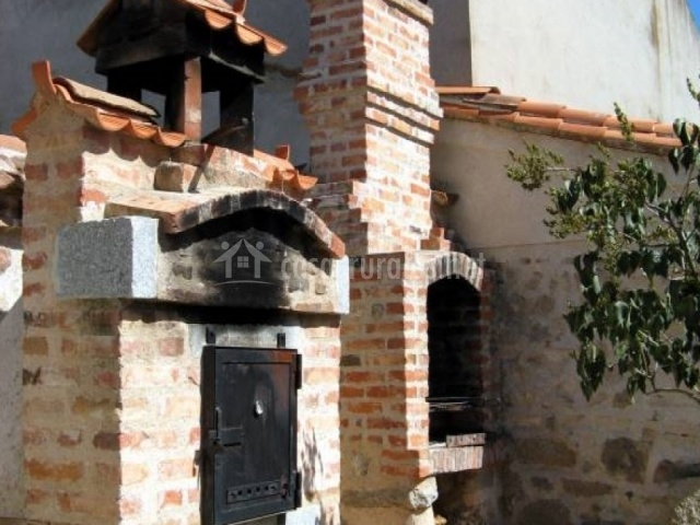 Horno de piedra y barbacoa en el patio exterior