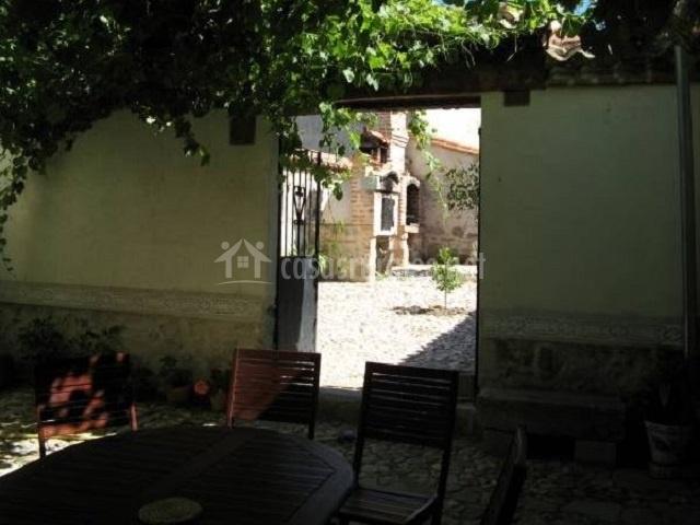 Vista del patio central y acceso al exterior con barbacoa