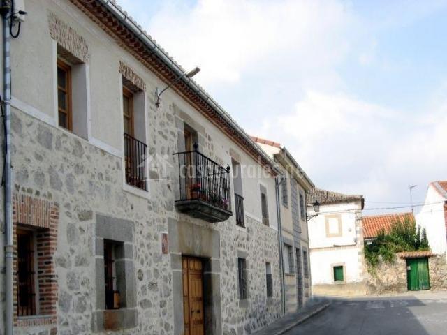 Vista exterior del alojamiento con muros de piedra