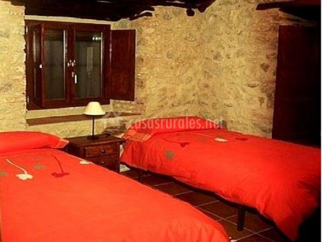 Dormitorio doble con dos camas individuales naranjas