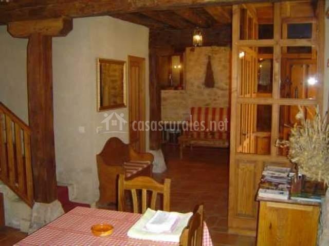 Mesa del comedor junto a mueble y escaleras al primer piso