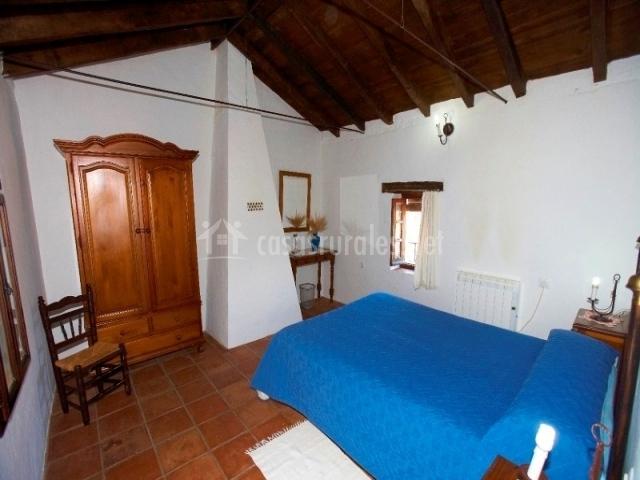 Dormitorio con cama de matrimonio en azul