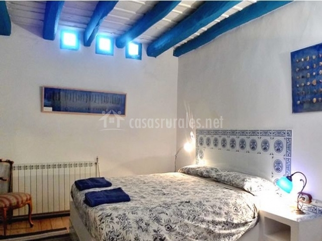 Habitación Ceramica con vigas azules en el techo