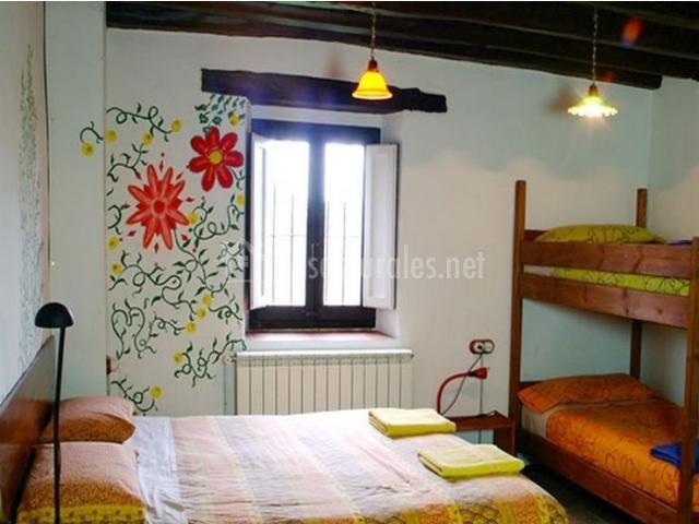 Habitación Rebost con cama de matrimonio y litera