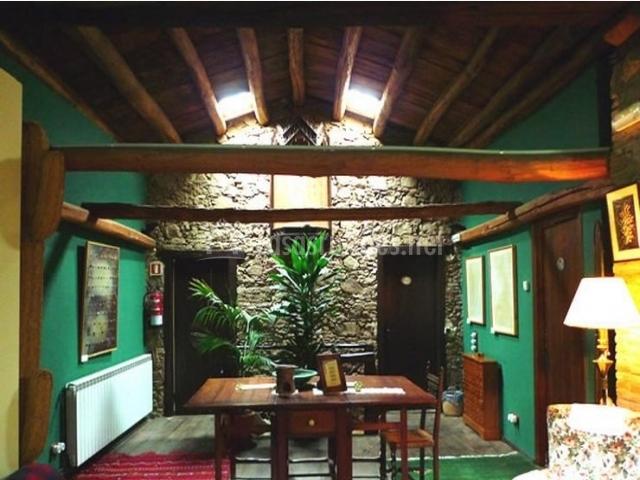 Sala con mesa y viga en el techo