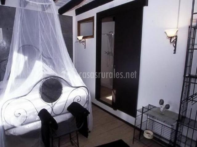 Dormitorio con dosel en la casa rural