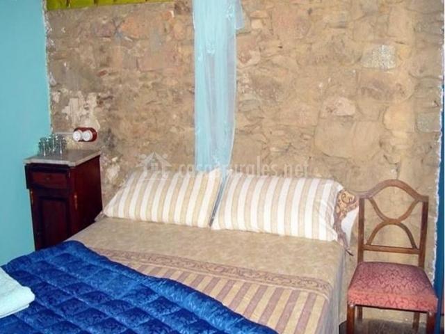 Dormitorio de piedra de la casa rural
