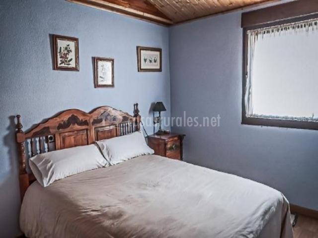 Dormitorio de matrimonio con paredes en tonos azules
