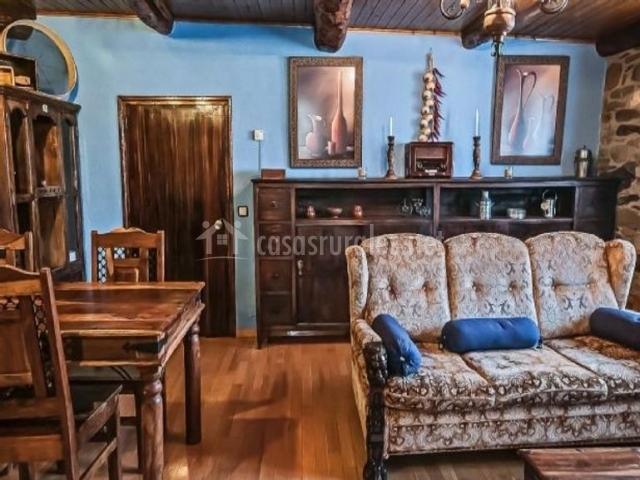 Sala de estar con los decorados de madera