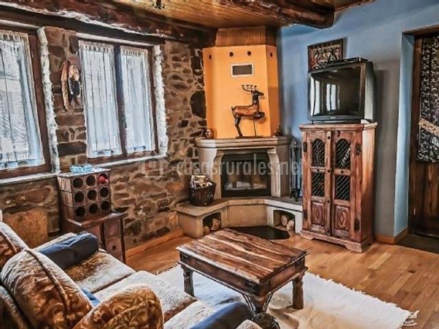 Sala de estar muy iluminada con chimenea