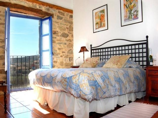 Dormitorio muy luminoso con balcón