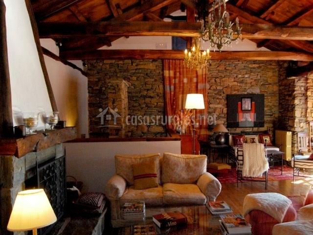 Encantador salón con chimenea