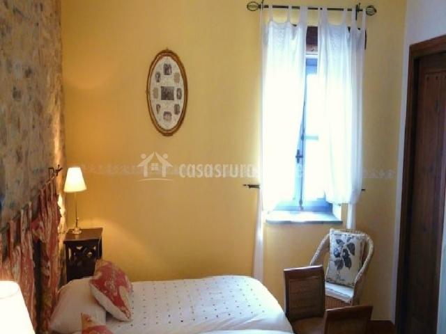Dormitorio doble en tono amarillo