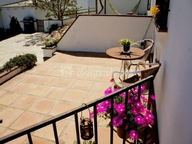 Terraza con mesa redonda y dos sillas