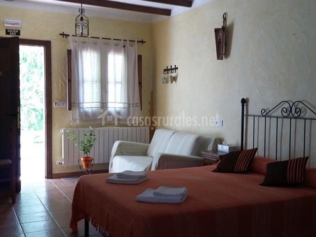 Habitación de matrimonio con sofá blanco