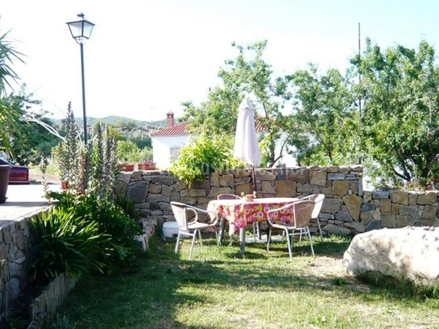 Jardín con mesa y sombrilla