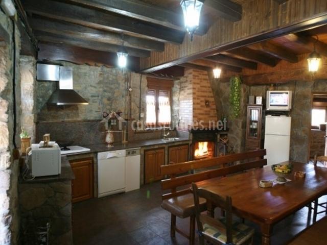 Amplia cocina equipada con mesa de comedor de madera