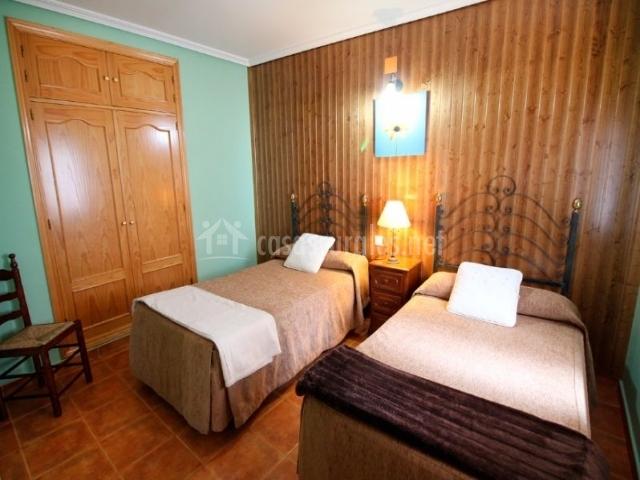 Brezo dormitorio doble en tonos marrones