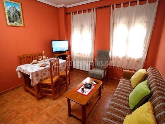Durillo sala de estar y comedor con detalles en madera
