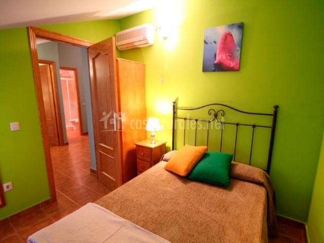 Jara dormitorio de matrimonio con paredes en verde pistacho