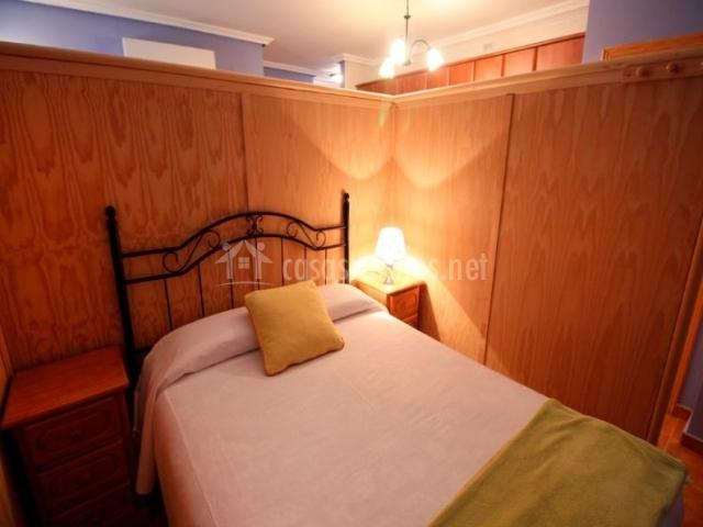 Mirto dormitorio con panel de madera