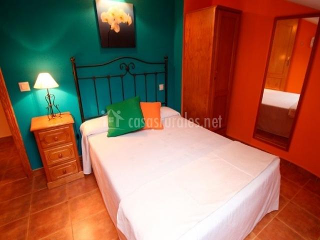 Peonia dormitorio de matrimonio con colcha en blanco