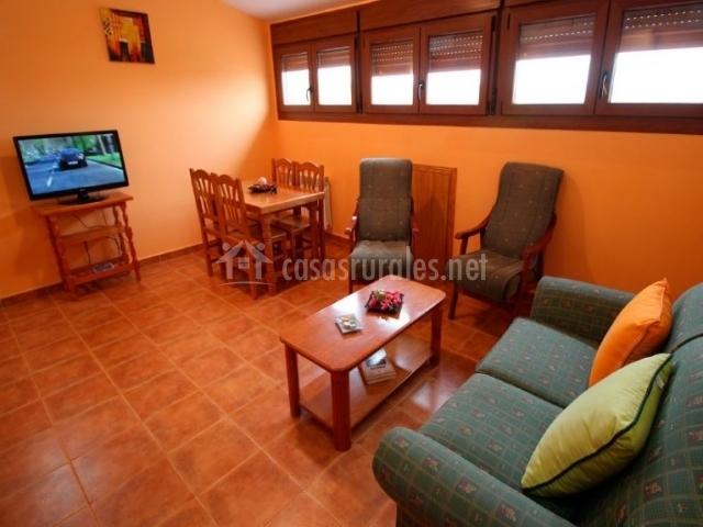Peonia sala de estar con sillones frente al televisor