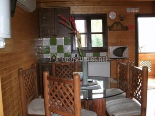 Cocina y comedor con mobiliario