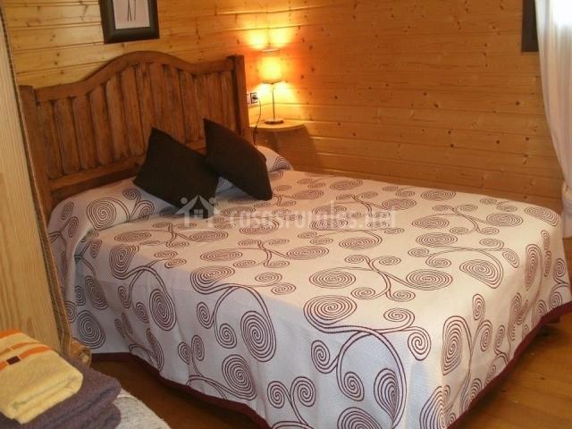 Dormitorio de matrimonio con cojines negros