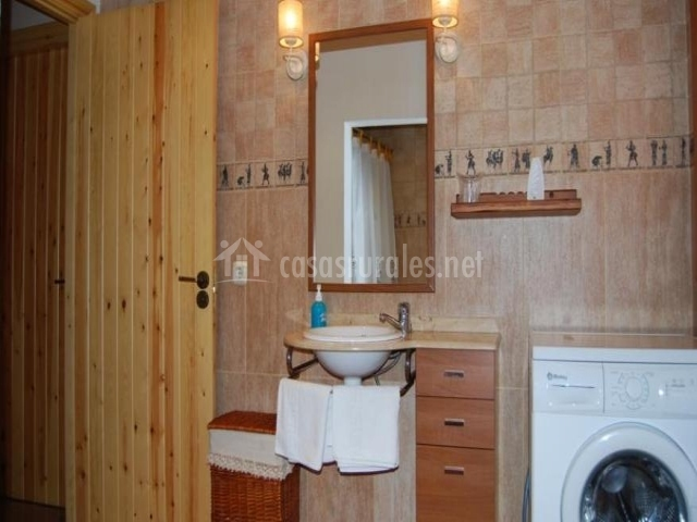 Baño del apartamento con lavadora