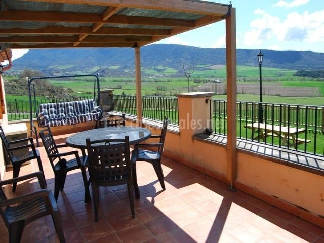 Terraza con mesa de comedor