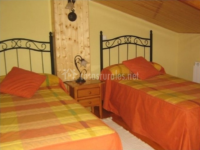 Habitación abuhardillada con dos camas individuales