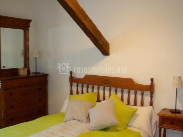 Dormitorio con cama de matrimonio en verde